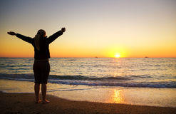Vrouwelijk silhouet op zeekust Stock Foto's