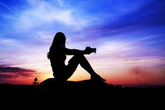 Vrouwelijk silhouet tegen de hemel Stock Afbeeldingen