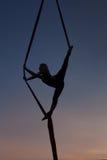 Vrouwelijk silhouet tijdens aktobatichesky nomar Royalty-vrije Stock Afbeeldingen