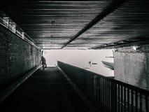 Vrouwelijk silhouet in tunnel, geen kleur stock afbeelding