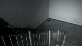 Vrouwelijk spook in de zwarte robes stock videobeelden