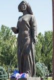 Vrouwelijk standbeeld die op de terugkeer van haar echtgenoot van oorlog wachten Victory Square in Bishkek, Kyrgyzstan royalty-vrije stock foto