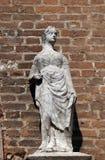 Vrouwelijk standbeeld op het portaal van de kerk van Heilige Eufemia in Verona stock foto
