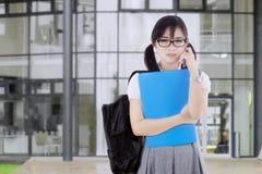 Vrouwelijk studentendagdromen in de schoolwerf Stock Foto