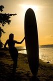Vrouwelijk surfersilhouet Stock Fotografie