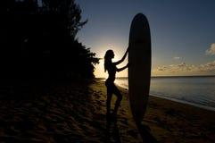 Vrouwelijk surfersilhouet Stock Afbeeldingen