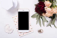 vrouwelijk tafelblad flatlay met smartphonemodel stock afbeelding