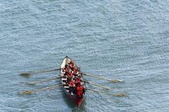 Vrouwelijk team bij het roeien van boot in Clovelly, Devon Royalty-vrije Stock Fotografie