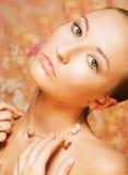 Vrouwelijk. Tederheid. Portret van het Opleggen van Vrouw met Gouden Parelachtige Chainlet Stock Foto's