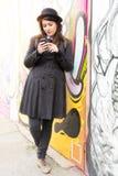 Vrouwelijk texting bericht openlucht Royalty-vrije Stock Afbeelding
