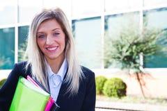 Vrouwelijk uitvoerend holdingsnotitieboekje stock foto's