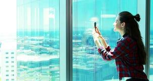 Vrouwelijk uitvoerend nemend beeld van mobiele telefoon stock video