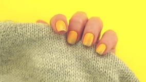Vrouwelijk van de het ontwerpsweater van de hand geel manicure de glamour elegant bont, langzame modieuze motie stock videobeelden