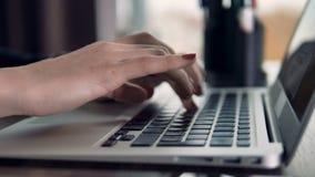 Vrouwelijk vingerstype op een toetsenbord Sluit omhoog mening stock video