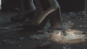 Vrouwelijk Voet Brekend Glas stock footage