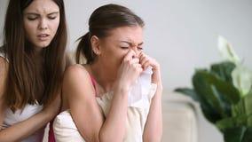 Vrouwelijk vrienden troostend schreeuwend verstoord meisje, troostende huilende jonge dame stock videobeelden