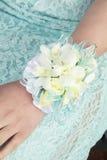 Vrouwelijk wapen met corsage voor huwelijk of prom royalty-vrije stock foto