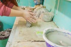 Vrouwelijke Aardewerkkunstenaar Molding Clay stock foto's