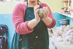 Vrouwelijke Aardewerkkunstenaar Molding Clay royalty-vrije stock afbeeldingen