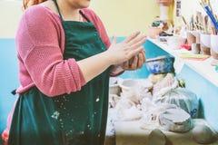 Vrouwelijke Aardewerkkunstenaar Molding Clay stock foto