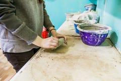 Vrouwelijke Aardewerkkunstenaar Molding Clay stock fotografie