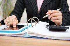 Vrouwelijke accountant die hulp op tabletpc gebruiken aan het volledige werk Royalty-vrije Stock Fotografie