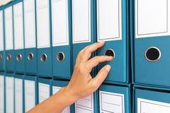 Vrouwelijke accountant het archiveren bedrijfsdocumentatie royalty-vrije stock afbeeldingen