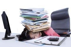Vrouwelijke accountant met een stapel van administratie Stock Fotografie