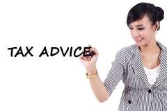 Vrouwelijke adviseur met de tekst van de belastingsraad Stock Foto