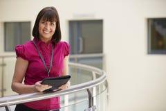 Vrouwelijke Adviseur Using Digital Tablet in het Ziekenhuis stock foto