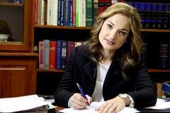 Vrouwelijke advocaat in bureau royalty-vrije stock afbeelding