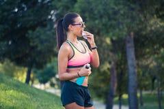 Vrouwelijke agent die een energiebar eten Stock Foto's