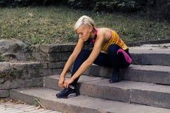 Vrouwelijke agent die voor het lopen voorbereidingen treft stock foto