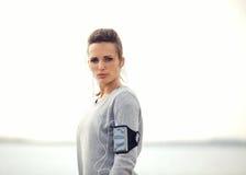 Vrouwelijke Agent Ernstig over Haar Lopende Training Stock Fotografie