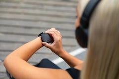 Vrouwelijke agentvestiging het geschiktheids slimme horloge voor het lopen stock foto's