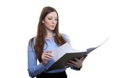 Vrouwelijke ambtenaar die in een omslag doorbladeren Royalty-vrije Stock Afbeelding
