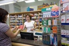 Vrouwelijke apotheker bij apotheek royalty-vrije stock foto's