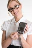 Vrouwelijke arbeider die elektronische organisator aantoont stock fotografie