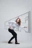 Vrouwelijke architect die met een virtuele flat werken Stock Afbeelding