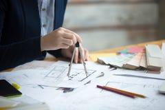 Vrouwelijke architect die tekeningskompas gebruiken Stock Afbeelding