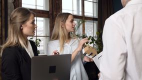 Vrouwelijke architect op de vergadering met cliënten stock footage