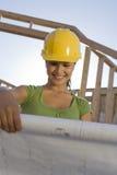 Vrouwelijke Architect Reviewing Blueprint Stock Afbeeldingen