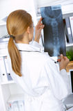 Vrouwelijke arts in chirurgie Stock Afbeeldingen