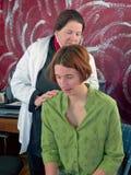 Vrouwelijke arts die aan de longen van de patiënt luistert Royalty-vrije Stock Afbeelding