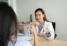 Vrouwelijke arts die aan patiënt verklaren royalty-vrije stock afbeeldingen