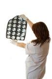 Vrouwelijke arts die bekijkt xray longen Royalty-vrije Stock Foto's