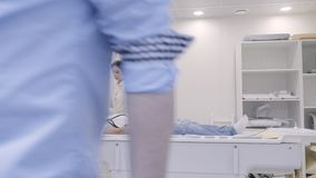 Vrouwelijke arts die de MRI-diagnostiek controleren die de mens binnen de buis bewegen stock video