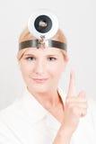 Vrouwelijke arts die een advies geeft Stock Foto