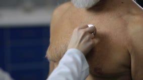 Vrouwelijke arts die een geduldige hartslag van ` onderzoeken s stock videobeelden