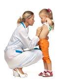 Vrouwelijke arts die een kind onderzoekt Royalty-vrije Stock Afbeelding